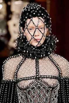 Alexander McQueen Fall 2013 Ready-to-Wear Collection Headpiece Couture Fashion, Fashion Art, Runway Fashion, Fashion Show, Fashion Design, Fall Fashion, Net Fashion, Unique Fashion, Paris Fashion