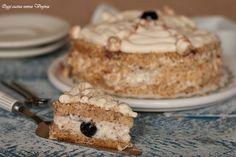 Chi ama la frutta secca non può non usarla nei dolci e la torta alle mandorle farcita con crema al mascarpone è il dolce che la rende ancora più golosa