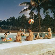 "rumikokoyanagi: "" Photo Bunny Yeager 1962 Pool Scene at Sunny Palms Nudist Resort, Homestead, Florida, 1962 "" Hot Shots, Rock And Roll, Modelos Pin Up, Poses For Men, The Bikini, Color Photography, Homesteading, Swimming Pools, Selfie"