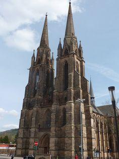 Iglesia de Santa Isabel (Marburgo). Construida por la Orden Teutónica en honor de la reina Isabel de Hungría. Su tumba convirtió a la iglesia en un importante destino de peregrinación en los finales de la Edad Media. Se considera que constituyó un modelo para la arquitectura de la catedral de Colonia. Construida de piedra arenisca y diseño cruciforme, con planta de salón. La construcción empezó en el año 1235