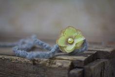 _Wunderschönes Haarband aus Wolle _    Ganz kuscheliges, gehäkeltes Haarband mit süßer Blüte.  Ganz zart und schlicht, aber wunderschön.    Es ist ein