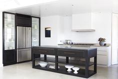 Black and white minimalist kitchen, so bright design. The beautiful black Vipp kitchen is the eye catcher of the home belongs to Morten Woldum Timber Kitchen, Contemporary Kitchen, Room Interior Design, Interior, Kitchen Interior, Interior Design Kitchen, Coastal Cottage Kitchen, Home Decor, House Interior
