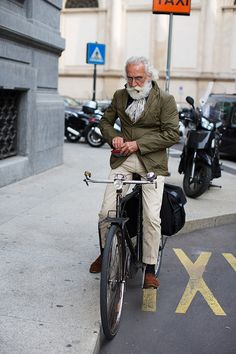 photo by The Sartorialist. this old man has style! The Sartorialist, Estilo Hipster, Hipster Grunge, Hipster Man, Dapper Gentleman, Gentleman Style, English Gentleman, Old Man Fashion, Mens Fashion