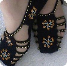 Tricot Crochet & Others Crochet Sandals, Crochet Boots, Crochet Art, Crochet Slippers, Crochet Crafts, Crochet Clothes, Crochet Projects, Knit Shoes, Sock Shoes