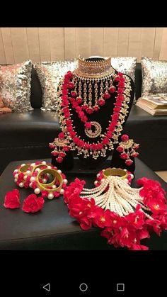 Wow n love this jewelry n wedding choice - jewelry diy Flower Jewellery For Mehndi, Fancy Jewellery, Jewellery Designs, Flower Jewelry, Diamond Jewellery, Indian Jewelry Earrings, Indian Wedding Jewelry, Indian Bridal, Indian Weddings