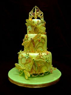 Dragonfly - Combination of sugar paste and Royal Icing. Tiara and dragonflies are piped entirely with Royal Icing. By Vinism Sugar Art.