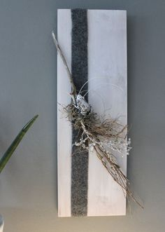 WD86 – Holzbrett weiß gebeizt, dekoriert mit einem Filzband, natürlichen Materialien und einem Frosch! Preis 29,90€ Größe 20x60cm