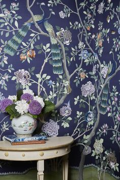 De Gournay 'St Laurent' design in standard design colours on Empire Blue dyed silk. Photography by Nathalie Dinham. De Gournay Wallpaper, Chinoiserie Wallpaper, Chinoiserie Chic, Chinese Wallpaper, Modern Wallpaper, Kips Bay Showhouse, Hand Painted Wallpaper, Dream Wall, Textiles