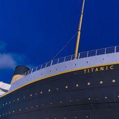 Wem gehörte die Titanic?     White Star Line Die RMS Titanic  war ein Passagierschiff der britischen Reederei White Star Line. Sie wurde in Belfast auf der Werft von Harland & Wolff gebaut und war bei der Indienststellung am 2. April 1912 das größte Schiff der Welt.