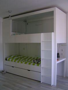 stabelbed met bureau, bij het hoofdeinde van het bovenste bed is opbergruimte en er is een schuiflade onder het onderste bed, lekker veel bergruimte en een praktisch bureau