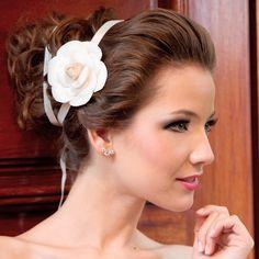 O coque grego é o penteado perfeito para usar com esta grinalda como complemento a um vestido de noiva curto ou do tipo princesa. Foto: Taciana Valadares www.mercedesalzueta.com.br