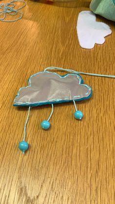 Har tillverkad från turkos filt, reflextyg och slutligen jag sätte tre pärlor att hänga. Bakom finns det säkerhetsnål.