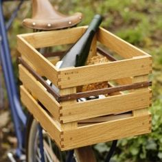Kosima fährt liebend gerne Fahrrad mit dir und ist ganz scharf darauf deine schweren Gegenstände zu tragen und dich zu entlasten. Denn Kosima ist eine starke Kiste für dein Fahrrad, sie besteht aus wetterfester Eiche und trägt ein elegantes Band aus amerikanischem Nussbaum.Geboren wird Kosima in der lokalen Manufaktur Art-WooD in aufwendiger Handarbeit. Das verleiht ihr auch ihren Charakter und ihre Einzigartigkeit.Mit der schönen Kiste »Kosima« fürs Fahrrad kannst du deine Einkäufe sehr ...