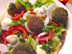 Polpettine di ceci e polpettine di fave, su veg piadina con pomodori e cipolla freschi, salsina allo yogurt e salsina al prezzemolo #vegan
