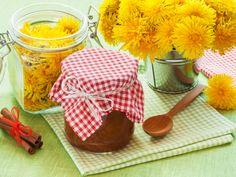 Варенье из одуванчиков польза. Одуванчиковое варенье не только очень вкусное, но и весьма полезное. Для его приготовления нужно собрать только желтые цветки одуванчика.  Варенье из одуванчиков рецепт: из расчета на 1 кг сахара берем 300 одуванчиков, 1 л воды, 1-2 лимона. Можно добавить 3-4 листочка шиповника. Нежно промываем цветки несколько раз.  Как сварить варенье из одуванчиков? Для начала готовим сироп. Для этого в кастрюле на медленном огне растворяем сахар в воде. Picnic, Basket, Food, Essen, Picnics, Meals, Yemek, Eten