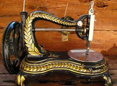 Old sewing machines are too cool. Wish I had all of my 'old' sewing machines. Treadle Sewing Machines, Antique Sewing Machines, Pfaff, Sewing Machine Accessories, Vintage Sewing Notions, Machine Tools, Sewing Studio, Sewing Toys, Love Sewing