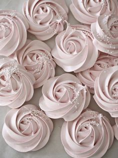 Meringue Rose Cookies 14 Mouthwatering Desserts That Are As Pretty As They Are Pink Rosa Desserts, Desserts Roses, Köstliche Desserts, Delicious Desserts, Plated Desserts, Dessert Recipes, Dessert Bars, Cupcake Recipes, Dessert Table