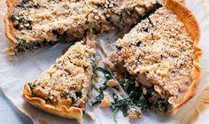 A tarte de espinafres e castanhas serve como prato principal acompanhado de salada ou como entrada, cortada em pedaços, para comer à mão num jantar volante.