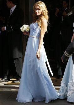 Paris Hilton com look de madrinha de casamento.