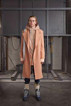 Outfit in Pastelltönen mit Mantel und Hemd