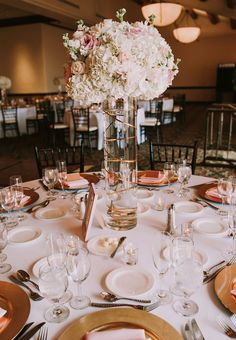 Sleek and glitzy elevated arrangement in soft shades of white, creams and blush.  Image: Shelly Anderson Photography -http://shellyandersonphotography.com