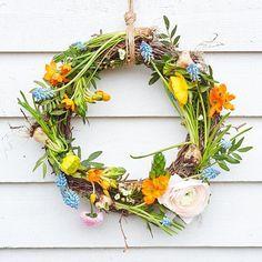 🐤🐣🐥💛Låt påskdukningen ha en lugn bas i vitt och blekt turkost. Duka med porslin, vaser och ägg i fina vårfärger. Förgyll med keramik, en… Vaser, Grapevine Wreath, Grape Vines, Wreaths, Instagram, Home Decor, Decoration Home, Door Wreaths, Vineyard Vines