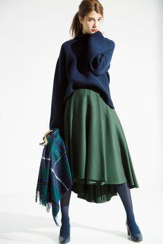 【裾揺れフレア】で高感度フェミニンスタイルに 最後に、裾揺れフレアスカートをクローズアップ。腰から広がるフレアならではのボリューム感と、動くたびに揺れる裾の優雅な動きで、美女感を最大限に高めてくれるスカート♥ オードリー・ヘップバーンやカトリーヌ・ドヌーヴなど、往年の名女優たちが・・・