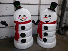 How to turn the old tires into these cute snowmen ? Old tires can be repurposed to make a fun snowman for an outdoor Christmas decoration. Christmas Yard Decorations, Snowman Decorations, Christmas Porch, Christmas Tree Themes, Christmas Snowman, Handmade Christmas, Diy Christmas Gifts, Holiday Crafts, Tire Craft