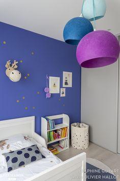 Chambre d'enfant : Et oui, les petites filles n'aiment pas que le rose ! La preuve en images avec cette jolie chambre bleue et dorés… - Plus de photos sur Côté Maison