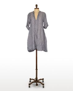 CP Shades Regina Tunic in Ink Chambray | The front and back pin tucks on this tunic create a flattering silhouette, while still being effortless & comfortable. Plus it works on just about every body type! #CPShades #linen