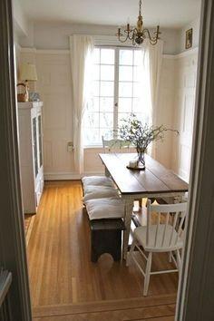 La luz natural le agrega romance a esta habitacion. Es sencilla pero muy calida.