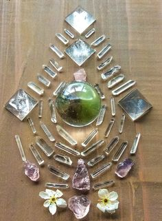 Morganite, Rose Quartz, Quartz, Chrysoprase and Plum blossom Crystal Grid by Woodlights Woudlicht Crystal Magic, Crystal Grid, Crystal Healing, Crystal Mandala, Crystal Flower, Crystals And Gemstones, Stones And Crystals, Gems And Minerals, Healing Stones