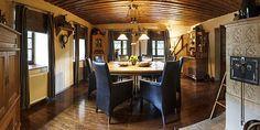 V jídelně nové podlaze z masivního smrku sekunduje strop ze starých povalových trámů. Kachlová kamna stojí na místě původní pece a jsou plně funkční. Designérka je objevila na výstavě věnované vytápění. Desi, Table, Furniture, Home Decor, Tables, Home Furnishings, Interior Design, Home Interiors, Desk