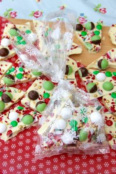 Delicious Christmas themed White Chocolate Bark full of all of your favourite sweets – perfect homemade gift idea! Ever since I posted my Chocolate Bark recipe a. Christmas Fair Ideas, Christmas Bark, Christmas Crafts To Sell, Christmas Sweets, Homemade Christmas, Christmas Baking, Christmas Recipes, Christmas Gifts, Holiday