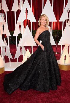 Kelly Ripa arriving to the #Oscars in Christian Siriano Pre-Fall 2015 metallic embossed jacquard ballgown. @KellyRipa