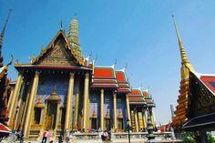 O Grande Palácio Real é uma das principais atrações turísticas de Bangkok é uma área imensa com um conjunto de edifícios dentre eles o que abriga o famoso Buda de Esmeralda (que não pode ser fotografado) inclusive esse templo foi o que mais senti energia de oração. É um lugar lindo cheio de magnitude e turista  rs. A entrada custa 500bath (o equivalente a 5500 reais) e eles são bem rígidos com a forma de se vestir.  #karenpelomundo #templo #bangkok #missãovt #wattraimit #revistaviajar…