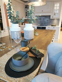 Table decoration from Studio Sigdal Bodo Norway. Filmed by Mauritz Interior & Design New Kitchen Inspiration, Rustic Kitchen Island, Bodo, Rustic Modern, Norway, Table Settings, Table Decorations, Interior Design, Studio