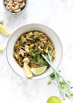 Grøntsagswok med nudler og grøntsager - få opskrift her Asian Recipes, Ethnic Recipes, Edamame, Wok, Pasta Salad, Risotto, Appetizers, Cooking Recipes, Instagram