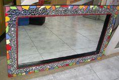 Espejo decorado con mosaicos sobre marco de madera