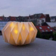 DIY lampe origami - origami lamp - www. Table Origami, Origami Lampshade, Paper Lampshade, Lampshades, Basic Origami, Origami And Kirigami, Suspension Diy Luminaire, Origami Lantern, Furniture Disposal