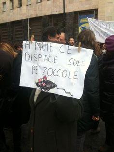 13/2/2011. L'atavico umorismo dei napoletani li porta a solidarizzare con le prostitute piuttosto che col capo del governo.