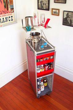 【道具と雑貨を柔軟に】有孔ボードとカウンターワゴンを組み合わせたキッチン脇の収納スペース