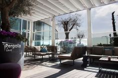 Poti obtine un design deosebit cu inchiderile din sticla automate de tip Panorama si acoperind terasa cu o pergola retractabila. O solutie unica, estetica si practica! www.pergolalux.ro Sustainability, Australia, Weather, Patio, Glass, Outdoor Decor, How To Make, Instagram, Design