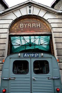 BYRRH...  Les établissements de Byrrh a Bruxelles.  Oude fabriekshallen van Byrrh in Brussel, schitterend gebouw!