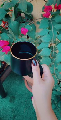 Hand Photography, Tumblr Photography, Amazing Photography, Hand Pictures, Girly Pictures, Coffee Shake, Snapchat Picture, Girl Photo Poses, Coffee And Books