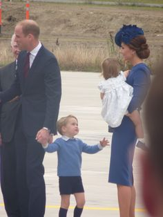 "Rebecca English on Twitter: ""Princess Charlotte happy to hang onto mummy while brother George walked #RoyalVisitCanada Kate in Locke and Co hat."
