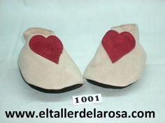 Patucos de bebé fabricados artesanalmente en auténtica piel de las mejores calidades. Realizado en napa rosa con una gran corazón rojo. www.eltallerdelarosa.com/patucos-de-bebe/1-patuco-de-bebe-corazon.html