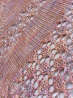 Fantastic yarn as always when it's Lichtfaden yarn. I love the colour, soft variations of gold, copper and lavender. Splendour is the word that pops up in my mind when I look at it. Knitted ...