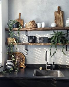 Kitchen shelves made of wood with concrete look on the wall ensure a cool effect . Kitchen shelves made of wood with concrete look on the wall provide a cool effect . Kitchen Interior, New Kitchen, Interior Design Living Room, Kitchen Decor, Kitchen Herbs, Home Interiors And Gifts, Kitchen Shelves, Kitchen Styling, Cheap Home Decor