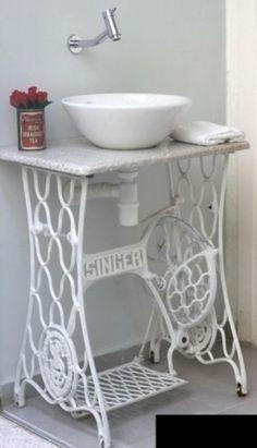 una macchina da cucire in bagno
